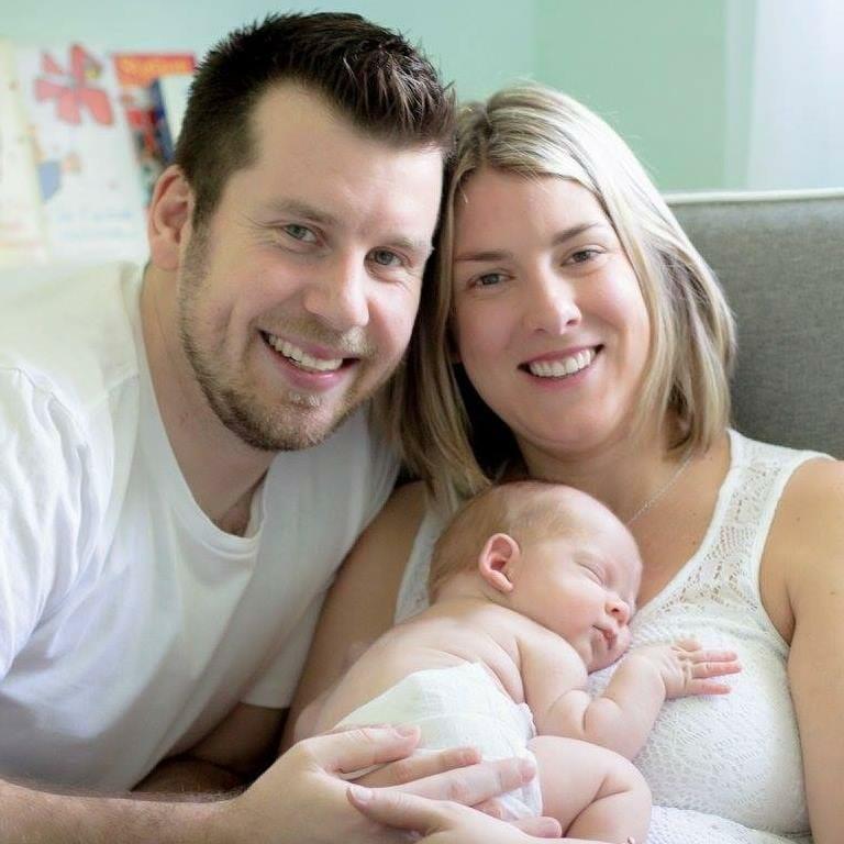 אמא בדקה את התינוק הפג שלה שנולד חודשיים לפני הזמן: ראתה משהו כחול ומיד החלה לבכות
