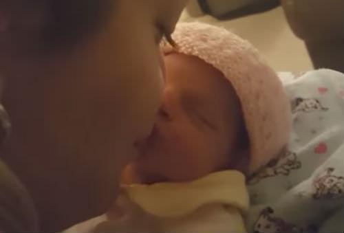 אמא נשענה קדימה כדי לנשק את התינוקת שלה שנולדה לפני כמה ימים…אז התינוקת עשתה משהו שאמא לעולם לא תשכח