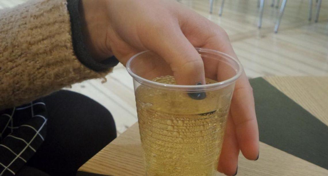 אישה הכניסה בסתר את האצבע לתוך המשקה שלה – כשצבע הלק התחלף, היא נחרדה עד עמקי נשמתה