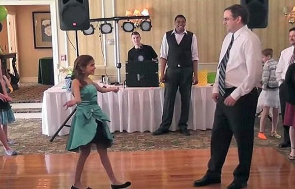 ילדה קטנה ביקשה מאביה לרקוד איתה בבת המצווה שלה. הם היממו את הקהל עם ריקוד מדהים!