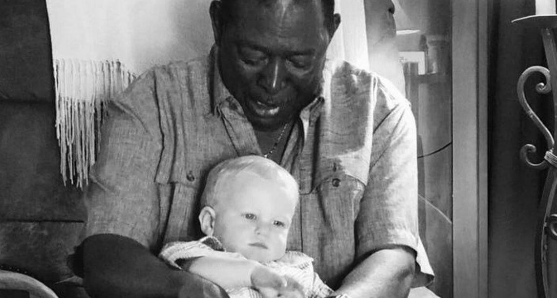 השכן ביקש להחזיק את התינוק – אבא הסתכל מקרוב על התמונה והפוסט שלו הפך ויראלי