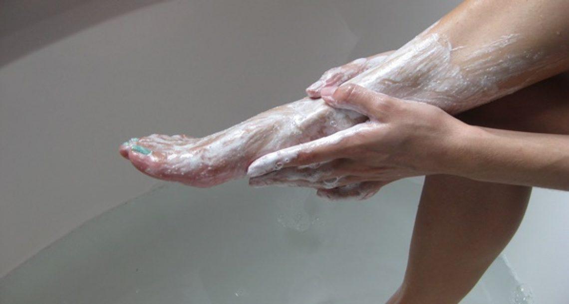 היא מורחת אבקת סודה לשתייה על כפות הרגליים שלה פעמיים בשבוע. התוצאה פשוט מדהימה!