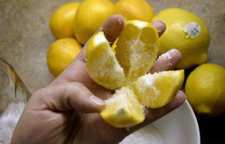 חתכו לימון לרבעים, פזרו עליו מלח, והניחו אותו באמצע במטבח! הטריק הזה ידהים אתכם