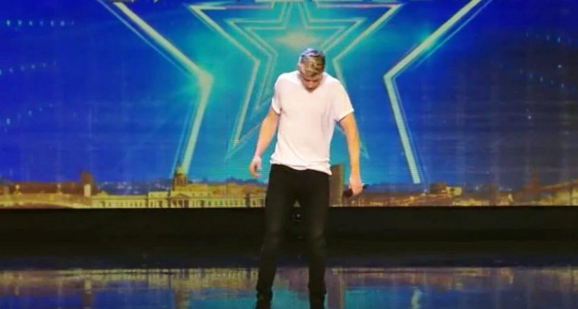 אדם לחוץ עלה לבדו לבמה, אבל ברגע שפתח את הפה שלו הקהל נותר ללא מילים
