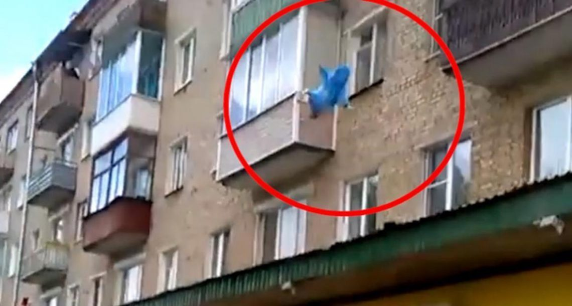 אבא זרק את התינוק מהקומה החמישית – מה שהמצלמה תעדה מתפשט ברשת כמו אש בשדה קוצים