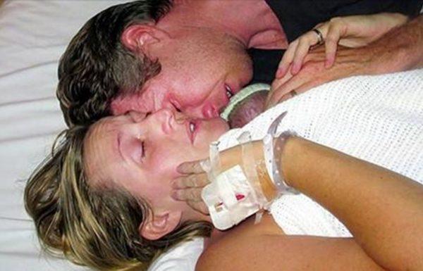הרופאים אמרו שהיא איבדה את בנה. אבל אז אמא חיבקה את התינוק שלה חזק, והדהימה את כולם!