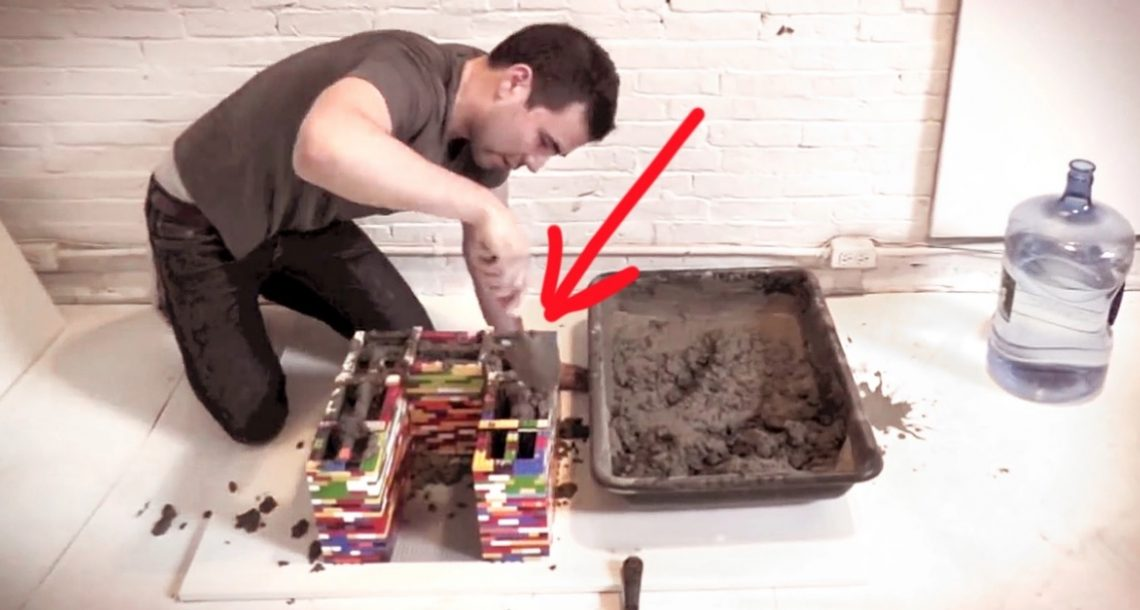 הוא שפך בטון אל תוך ערימה של חתיכות לגו. כשהוא מוריד אותן, התוצאה פשוט מופלאה!