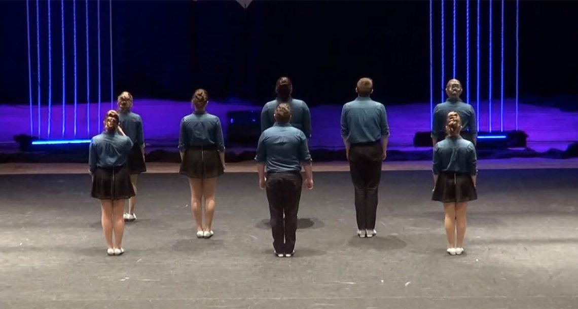 8 רקדנים הפנו את הגב לקהל – כשהם מסתובבים, כולם השתגעו לחלוטין