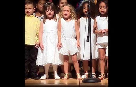 ילדות בגן נעמדו על הבמה כדי לבצע שיר – הבלונדינית הקטנה באמצע כבשה את ליבו של האינטרנט