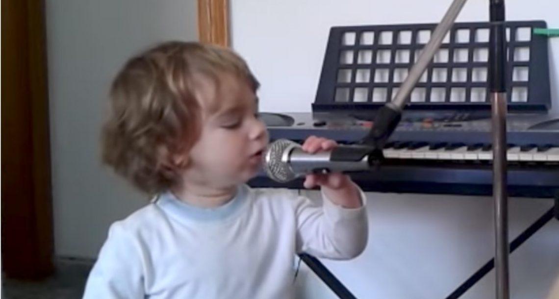 אבא החל לנגן בגיטרה – עכשיו תראו כאשר הפעוט מתקרב למיקרופון וגונב את ההצגה