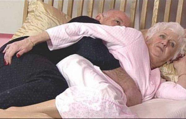 אחרי 50 שנות נישואים, בני זוג שכבו במיטה לילה אחד, כאשר האישה הרגישה את היד של בעלה…