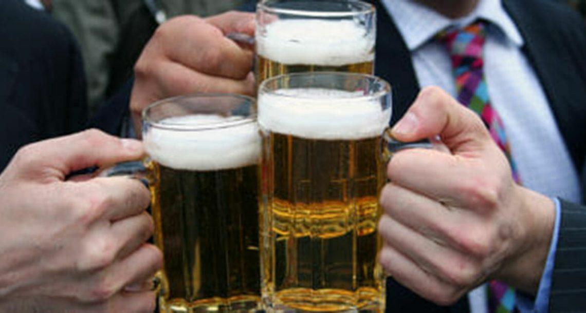 מחקר חדש קובע: לצאת פעמיים בשבוע לפאב לשתות עם חברים זה טוב לבריאות הנפשית שלכם