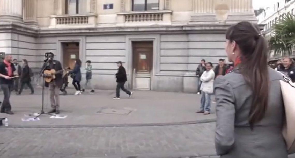 הוא שר שיר של בוב מארלי וביקש מאישה ברחוב להצטרף אליו. זה פשוט אדיר!