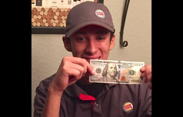 עובד של בורגר קינג קנה לאדם הומלס ארוחה עם הכסף שלו – לא ידע שאישה צופה בו מהצד