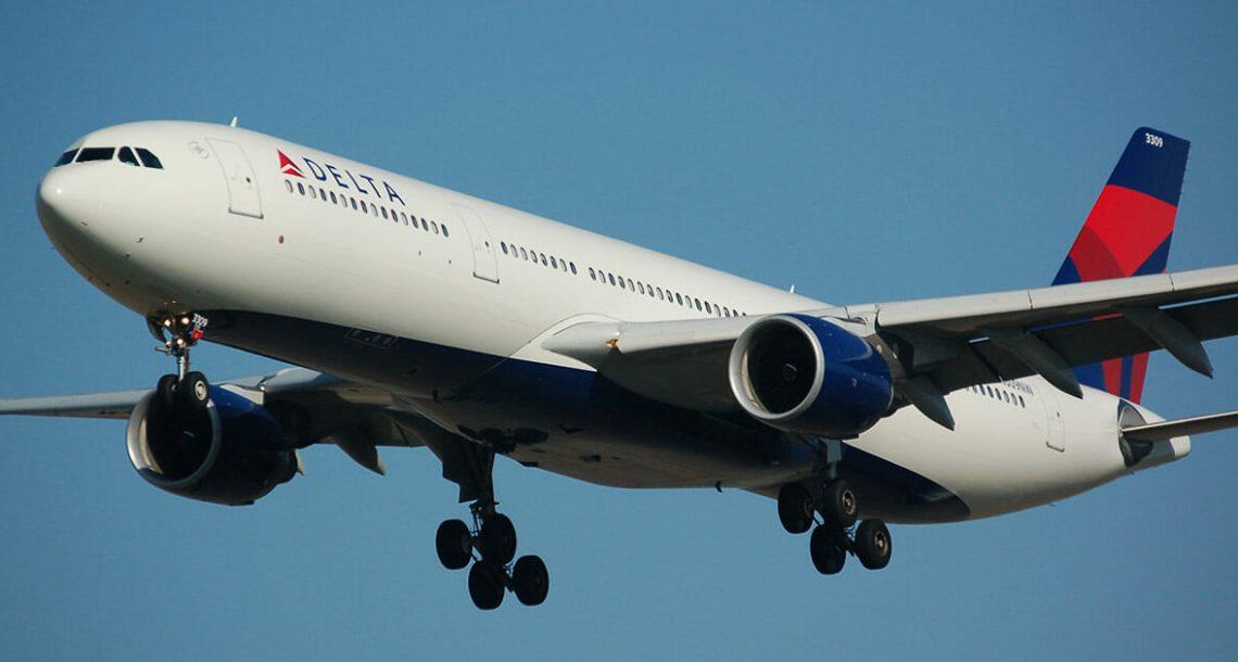 נוסעת חצופה במטוס אמרה לאמא לסתום את הפה – אז הדיילת עשתה משהו שהדהים את כולם
