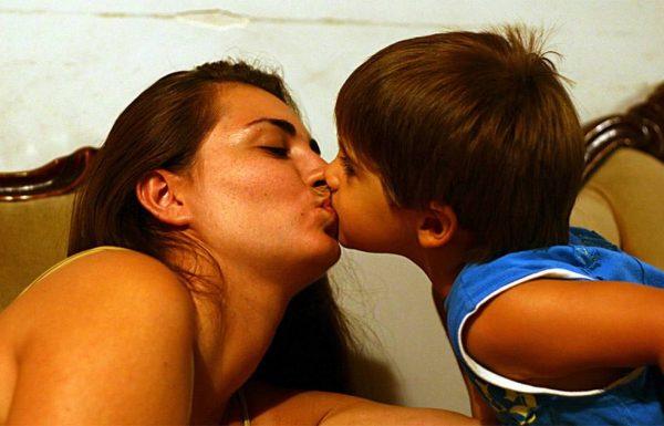פסיכולוגית ילדים מזהירה: זאת הסיבה שאסור לכם לעולם לנשק את הילדים שלכם על השפתיים