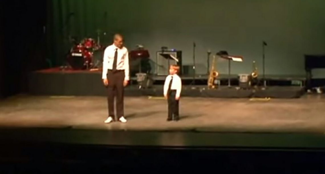 ילד בן 6 בהה במורה לריקוד – שניות אחר כך הוא השאיר את כל הקהל ללא מילים