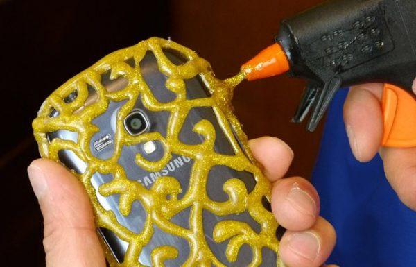 הטריק הכי טוב אי פעם? צפו איך להכין כיסוי מעוצב לטלפון בעזרת אקדח דבק חם