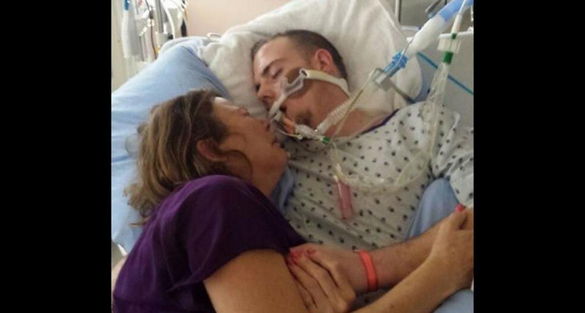 אמא נכנסה למיטה עם בנה הגוסס כדי להיפרד ממנו – התמוטטה כאשר הבינה מה הרג אותו