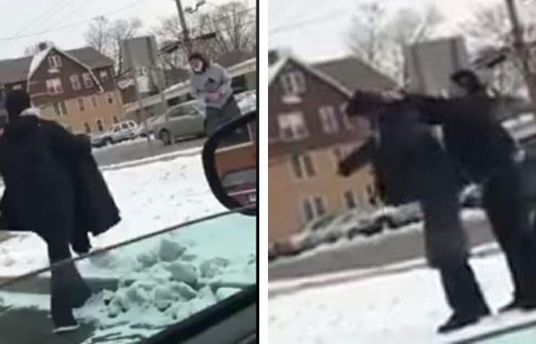 אישה הבחינה באדם הומלס קופא בשלג – קנתה לו את המעיל הכי חם שיכלה למצוא
