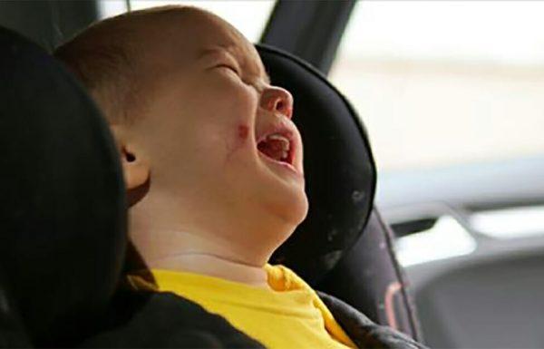 אמא השאירה 2 ילדים קטנים בתוך מכונית חמה בזמן שהלכה לעשות קניות – עכשיו האינטרנט רועש וזועם