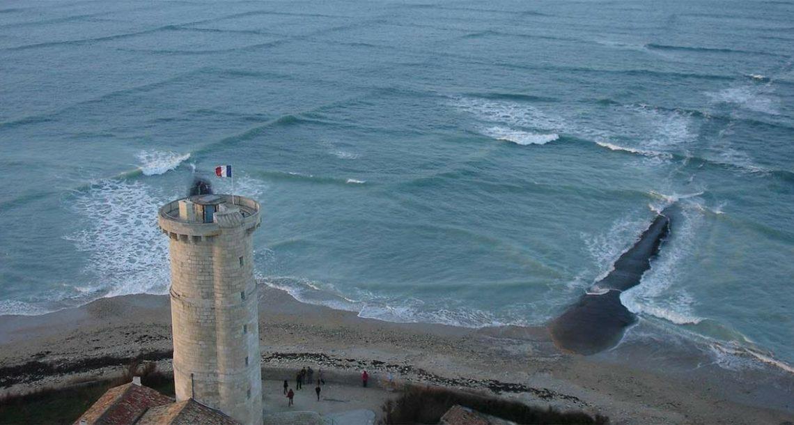 אדם צילם גלים מרובעים מוזרים ביותר – שניות אחר כך הוא חשש לחייו