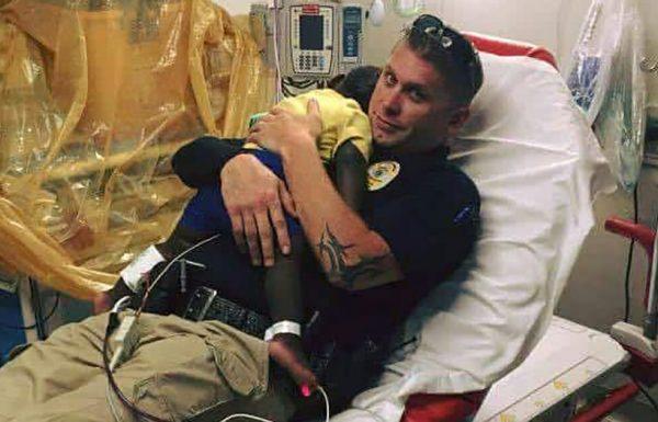 תמונה של שוטר מתכרבל עם פעוט נטוש הפכה ויראלית – תסתכלו מקרוב ותבינו מדוע