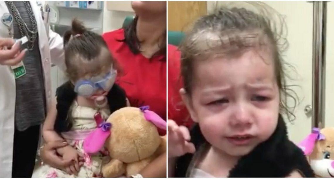 בת שנתיים עיוורת עברה ניתוח עיניים – ראתה את אמא בפעם הראשונה בחיים וזה שובר את הלב