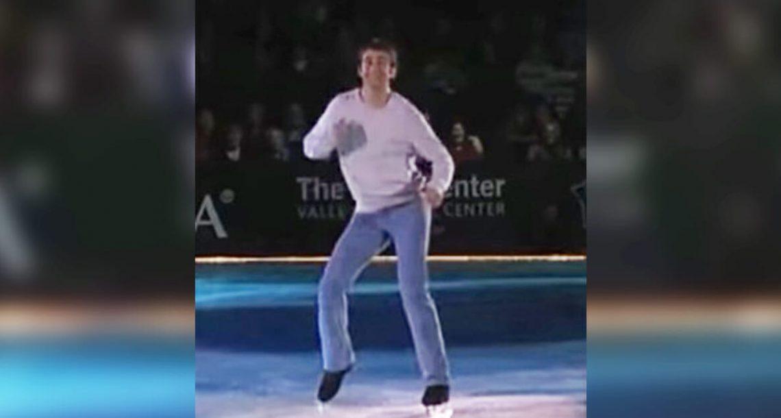 מחליק חתיך יצא לזירת הקרח: שניות אחר כך, הקהל השתגע כאשר הוא חשף את בחירת השיר שלו