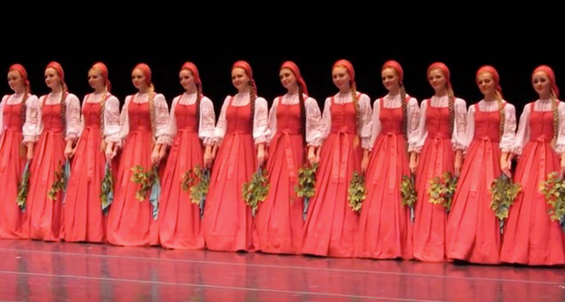 16 בנות עמדו על הבמה – אך אז הן החלו לרחף והעור שלי הצטמרר לחלוטין