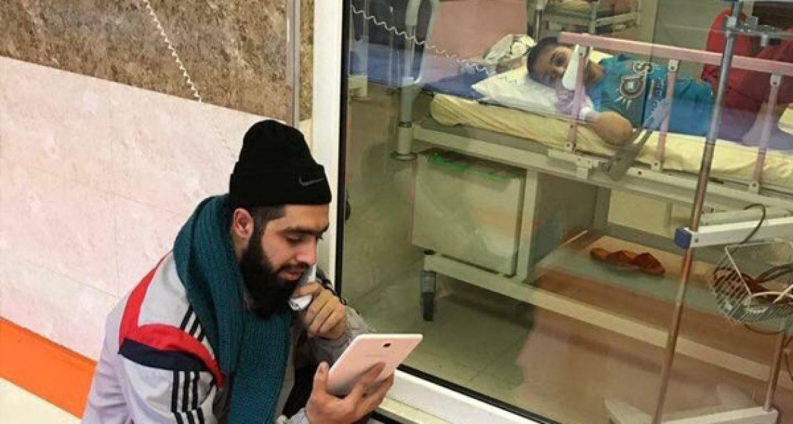 הילד הזה חולה בסרטן, אז המורה שלו מבקר אותו בכל יום בבית החולים כדי שישלים את מה שפספס