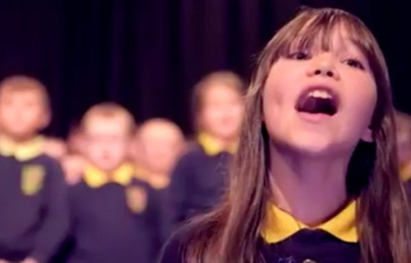 ילדה בת 10 עם אוטיזם היממה את העולם עם הגרסה שלה ל'הללויה' של לאונרד כהן