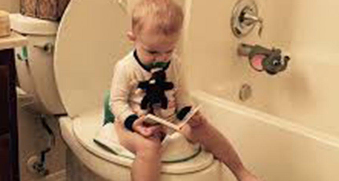 אמא שאלה את בנה בן ה 3 למה לוקח לו כל כך הרבה זמן בשירותים, התשובה של הילד קרעה אותנו מצחוק