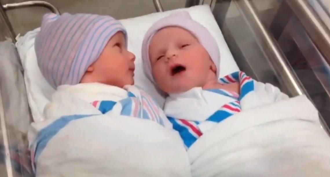 אמא החלה לצלם את התאומות שלה בבית החולים, אז שמה לב לפרט לא צפוי ומיד קפאה