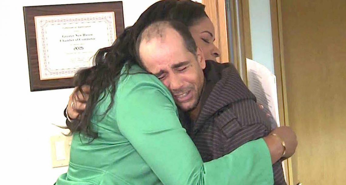 אדם הומלס החזיר 10,000$ שמצא – קיבל מתנה שהביאה אותי לדמעות