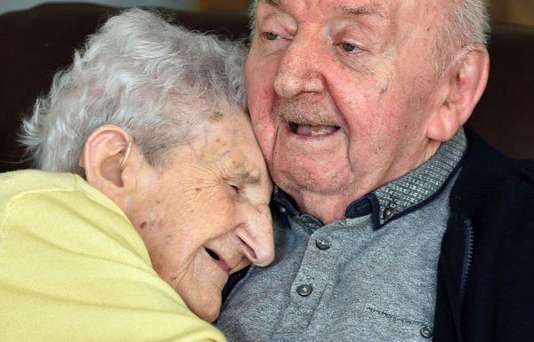 אמא בת 98 עברה לגור בבית אבות כדי לדאוג ולטפל בבן שלה בן ה 80