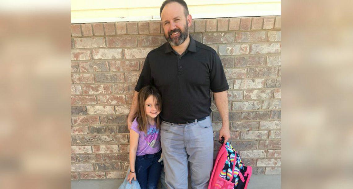 אבא נסע לאסוף את בתו בת ה 6 מבית הספר – אז המורה ראתה את המכנסיים שלו ומיד הבינה מה קרה