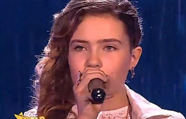 ילדה צעירה שרה את 'אחד השירים הקשים בעולם' – גרמה לשופטים לקפוץ על רגליהם אחרי 2 תווים בלבד