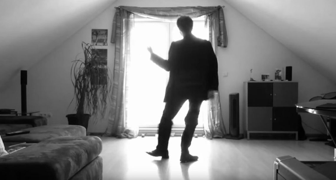 הבחור הזה הציב מצלמה, וביצע ריקוד שהיפנט את כל העולם! קל להבין מדוע 30 מיליון אנשים כבר צפו בזה