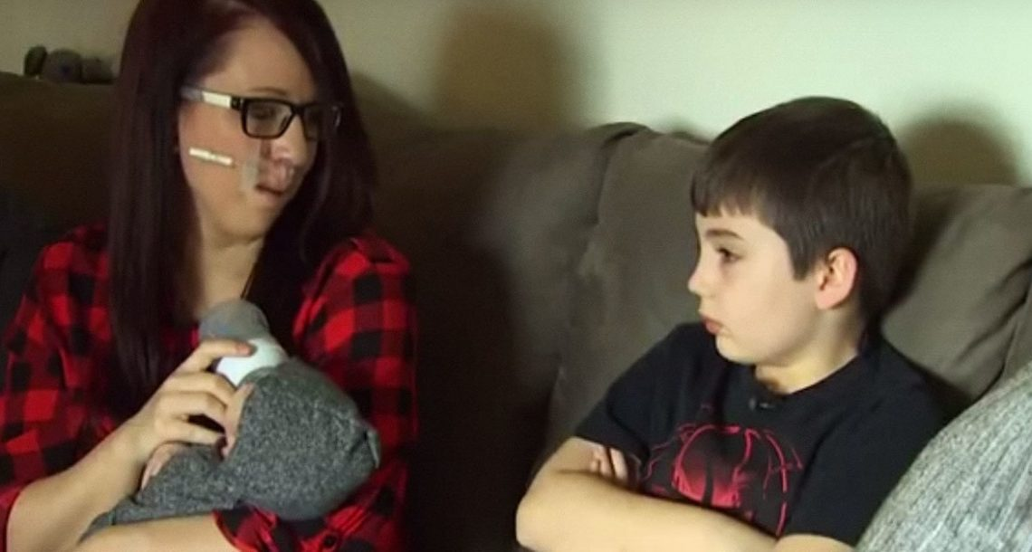 הבן סירב להקשיב לאמא שלו – אז נעל נעליים והכריח את אמא שלו להיכנס למכונית