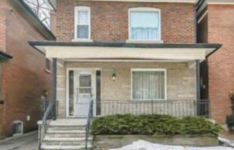 אישה בת 96 העמידה את הבית שלה למכירה – אנשים נכנסו פנימה וגילו שלא נגעו בו 72 שנים