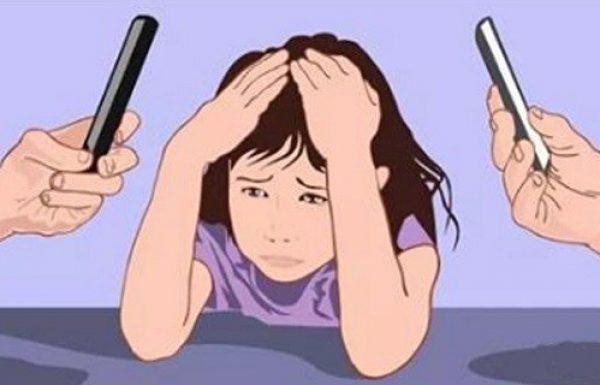 מחקר חדש קובע: הורים המכורים לטלפון הנייד משפיעים על התפתחות הילד שלהם