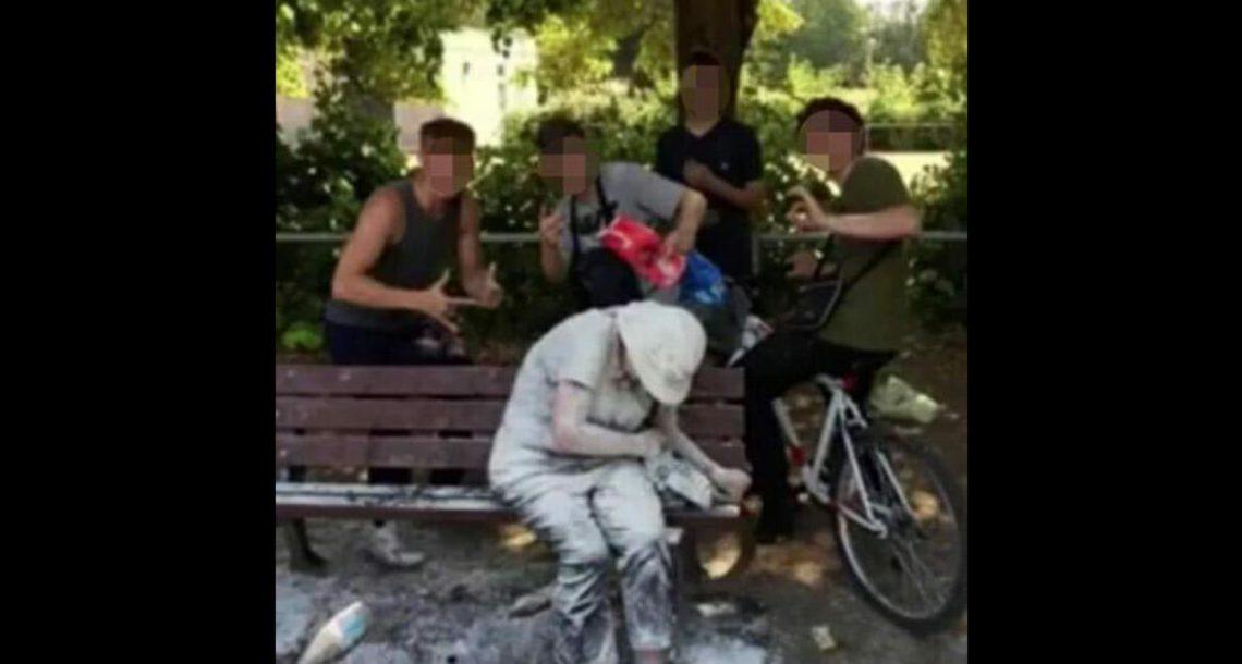 נערים הצטלמו בגאווה לתמונה אחרי שתקפו עם קמח וביצים אישה עם פיגור שכלי – האינטרנט זועם