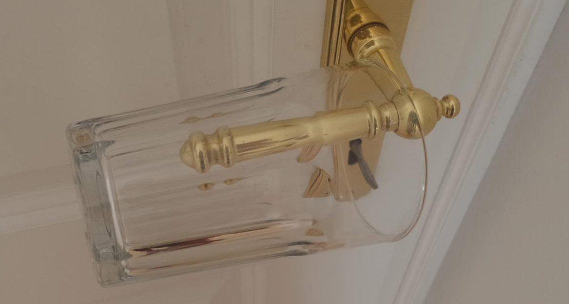 כשאתם הולכים לישון, תלו כוס זכוכית על ידית הדלת – הטריק הגאוני הזה יכול להציל לכם את החיים!