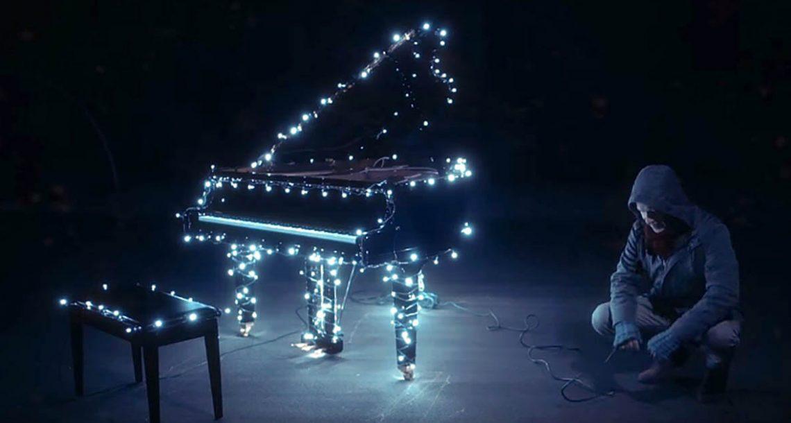 אדם חיבר 500,000 נורות לפסנתר שלו – כשהוא החל לנגן, כל השכונה נותרה ללא מילים
