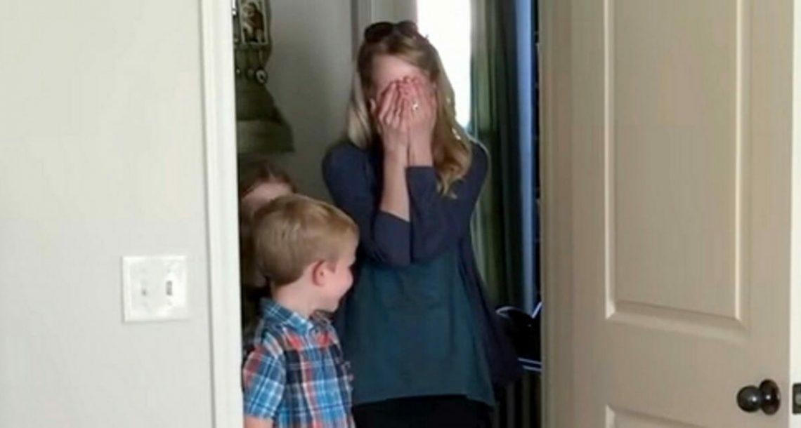 """אמא חזרה הביתה אחרי שנסעה לסופ""""ש: ראתה את סוד חדר השינה של בעלה ומיד החלה לבכות"""