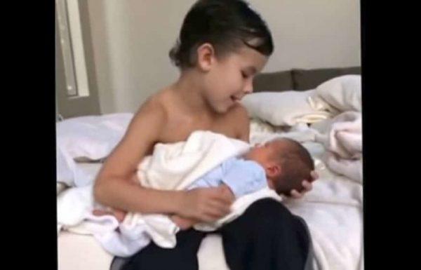 אמא השאירה את בנה בן ה 6 עם אחיו התינוק – נכנסה שוב לחדר ולא הצליחה לעצור את הדמעות