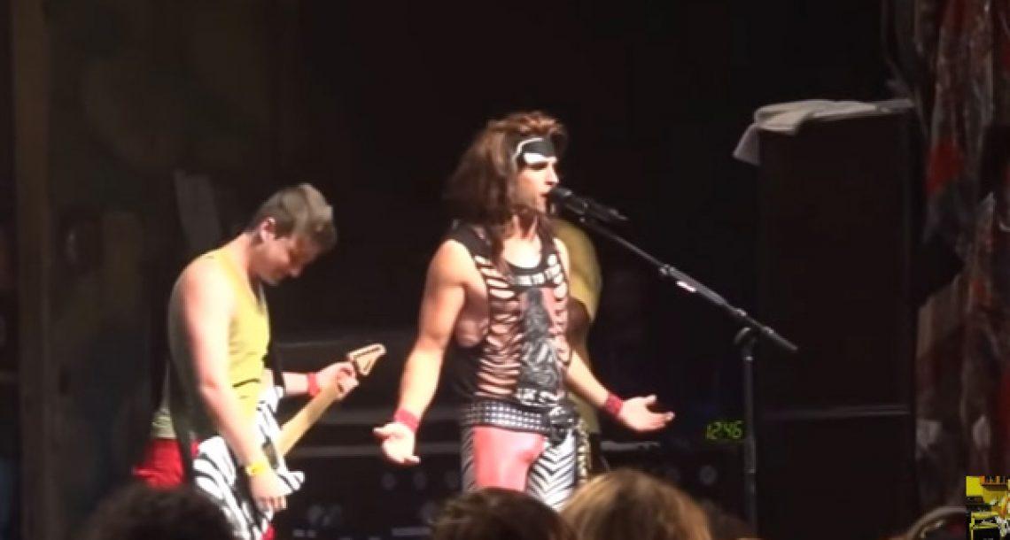 נגן הגיטרה של הלהקה הזו היה סקפטי לגבי כישורי הגיטרה של המעריץ הזה. אז הוא עלה לבמה ועשה את זה…