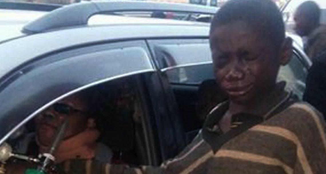 ילד ניגש למכונית כדי לבקש כסף – אז הסתכל פנימה ופרץ בבכי