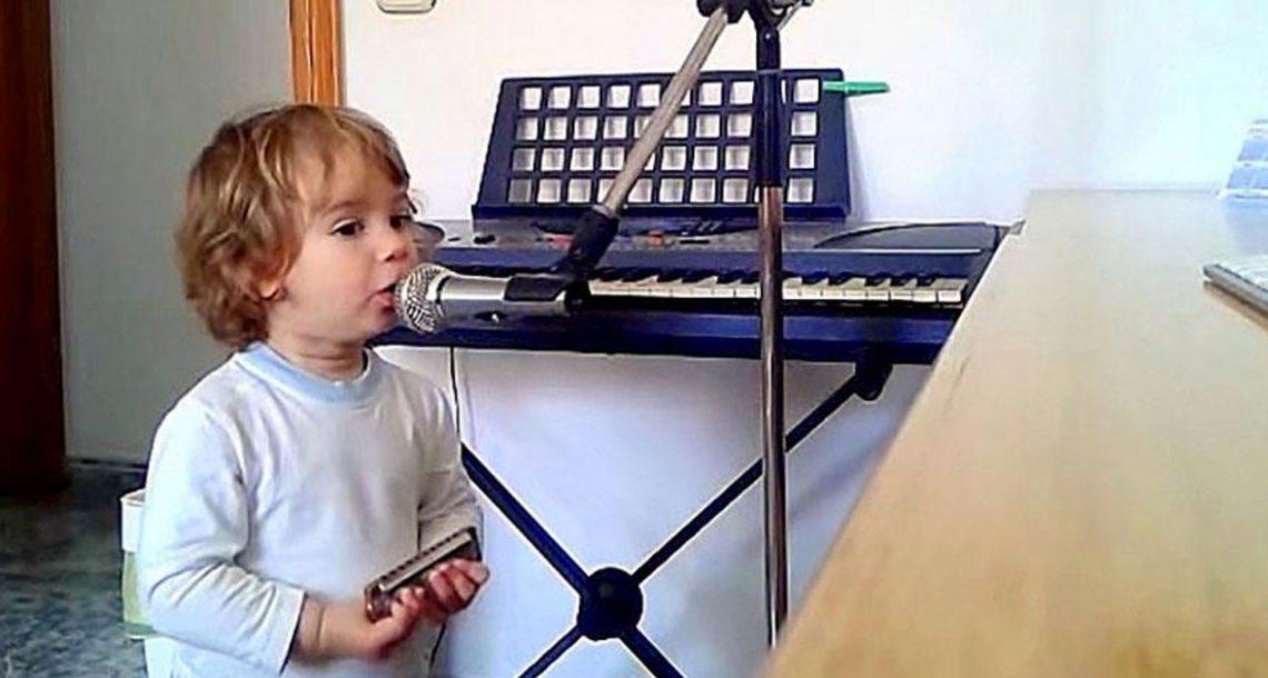 אבא נתן לבנו בן השנתיים מפוחית ומיקרופון. ואז הילד החל לשיר את הבלוז